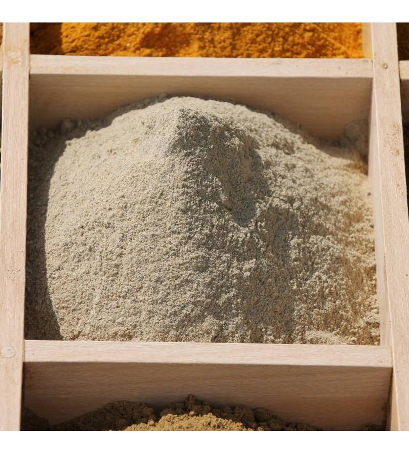 Cardamome en poudre dans un plateau à épices